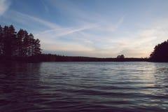 Por do sol bonito pelo lago no verão imagens de stock