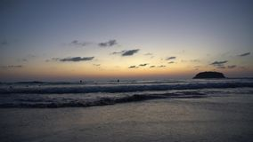 Por do sol bonito que negligencia o mar e o horizonte vídeos de arquivo