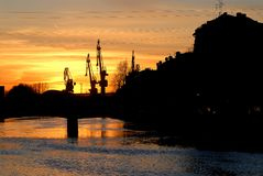 Por do sol bonito sobre a cidade de St Petersburg, Rússia foto de stock royalty free