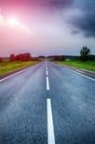 Por do sol bonito sobre a estrada do país Fotografia de Stock