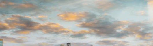 Por do sol bonito sobre Jacksonville, Florida Silhueta do homem de negócio Cowering fotos de stock royalty free