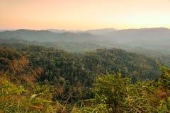 Por do sol bonito sobre montanhas Fotos de Stock