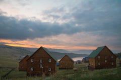 Por do sol bonito sobre o Lago Baikal foto de stock