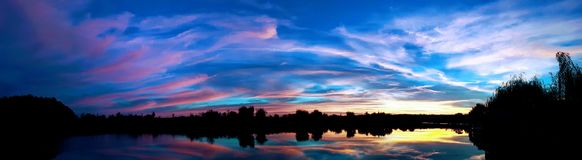 Por do sol bonito sobre o lago Ostratu fotografia de stock