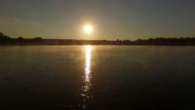 Por do sol bonito sobre o lago - tiro aéreo video estoque