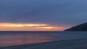 Por do sol bonito sobre o litoral filme