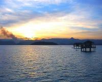 Por do sol bonito sobre o mar Fotos de Stock