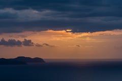 Por do sol bonito sobre o mar Foto de Stock