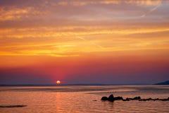 Por do sol bonito sobre o mar de adriático perto de Starigrad na Croácia foto de stock