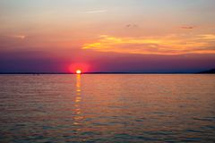 Por do sol bonito sobre o mar de adriático perto de Starigrad na Croácia imagens de stock