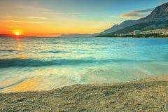 Por do sol bonito sobre o mar, Makarska, Croácia Imagens de Stock