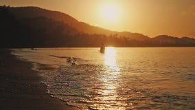 Por do sol bonito sobre o mar na ilha tropical de Koh Samui Movimento lento que espirra ondas 1920x1080 video estoque
