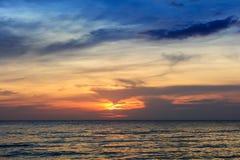 Por do sol bonito sobre o oceano imagem de stock royalty free
