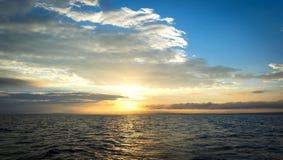 Por do sol bonito sobre o oceano com o céu colorido Foto de Stock Royalty Free