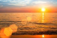 Por do sol bonito sobre o oceano, composição da natureza Curso Foto de Stock Royalty Free