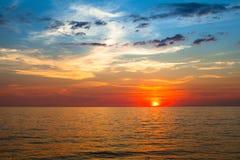Por do sol bonito sobre o oceano, composição da natureza tailândia Fotos de Stock Royalty Free
