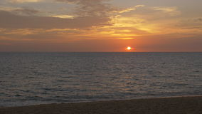 Por do sol bonito sobre o oceano em uma praia tropical video estoque