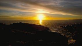 Por do sol bonito sobre o oceano Nascer do sol no mar imagens de stock