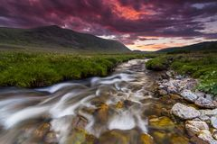 Por do sol bonito sobre o rio da montanha no verão Imagens de Stock Royalty Free