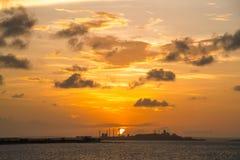 Por do sol bonito sobre a refinaria, Austrália imagens de stock