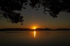 por do sol bonito sobre Watson Taylors Lake no parque nacional da ba?a de Crowdy, Novo Gales do Sul, Austr?lia fotos de stock