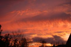 Por do sol brilhante, colorido com nuvens intensas fotos de stock