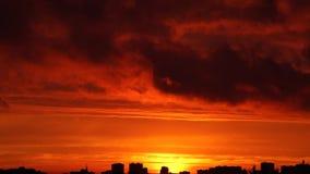 Por do sol brilhante com as nuvens moventes sobre a skyline filme