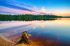 Por do sol brilhante em um lago Foto de Stock Royalty Free