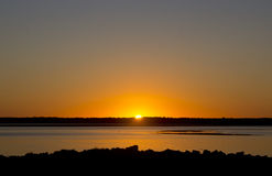 Por do sol brilhante na borda da baía Oregon Imagem de Stock