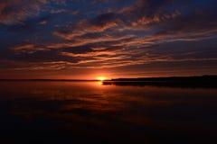 Por do sol brilhante no lago no verão no final da noite Imagens de Stock