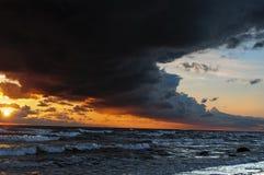 Por do sol brilhante no mar Báltico durante uma tempestade Fotos de Stock Royalty Free