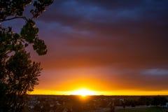 Por do sol brilhante sob as nuvens Fotografia de Stock