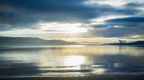 Por do sol brilhante sobre montes e oceano em Tasmânia Foto de Stock