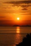 Por do sol brilhante sobre o mar de adriático Fotografia de Stock Royalty Free