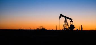 Por do sol bruto da máquina da extração de Texas Oil Pump Jack Fracking imagem de stock