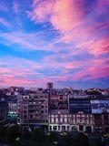 Por do sol Bucareste abaixo da cidade romania foto de stock royalty free