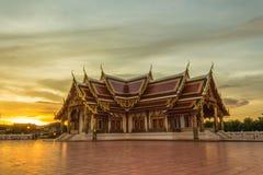 Por do sol budista da igreja fotos de stock royalty free