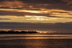 Por do sol do bungalow de Overwater no francês Polinésia do moorea fotografia de stock