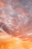 Por do sol, céu Backgrounf do nascer do sol Céu dramático brilhante no por do sol Dawn Sunrise Fotos de Stock