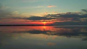 Por do sol cênico no lago video estoque
