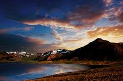 Por do sol cênico no lago Myvatn em Islândia do norte imagens de stock