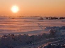 Por do sol, campos sob a neve Fotos de Stock Royalty Free