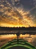 Por do sol canadense épico como visto de um caiaque imagens de stock