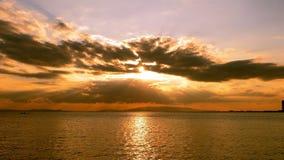 Por do sol celestial e o mar video estoque
