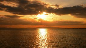 Por do sol celestial e o mar vídeos de arquivo