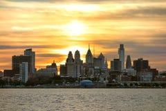 Por do sol Center de Philadelphfia da cidade no Rio Delaware fotografia de stock royalty free