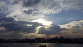 Por do sol claro em Tailândia imagens de stock