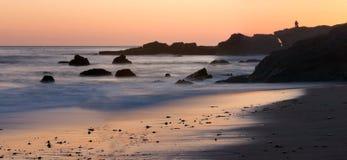 Por do sol colorido ao longo da praia de Califórnia Imagem de Stock