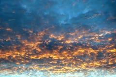 Por do sol colorido bonito com muitas nuvens do flamt fotos de stock royalty free