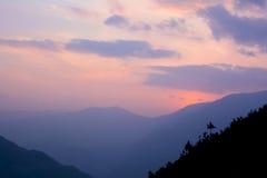 Por do sol colorido bonito em montanhas Himalaias, Nepal fotos de stock